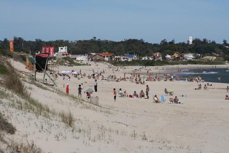 uruguay-playa-turistas.jpg